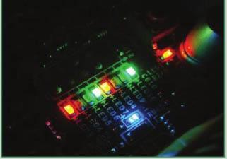 Otros métodos de comunicarse con el usuario cuando el sistema tiene un problema crítico es mediante una combinación de luces en la placa base.